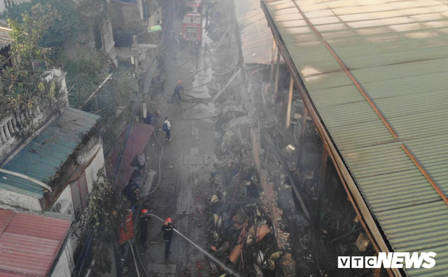 Lính cứu hoả vào từng ngóc ngách dập đám cháy ở Công ty Rạng Đông, dân xung quanh vẫn sơ tán - Ảnh 5.