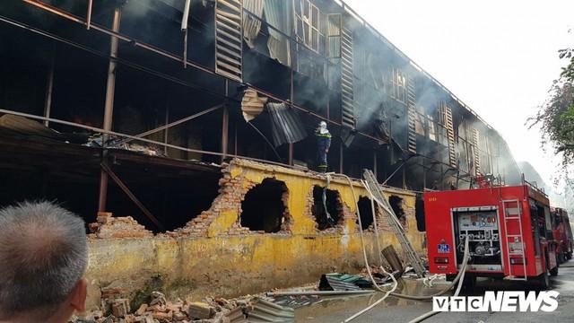 Lính cứu hoả vào từng ngóc ngách dập đám cháy ở Công ty Rạng Đông, dân xung quanh vẫn sơ tán - Ảnh 6.