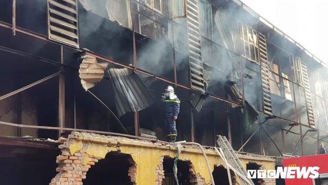 Lính cứu hoả vào từng ngóc ngách dập đám cháy ở Công ty Rạng Đông, dân xung quanh vẫn sơ tán - Ảnh 7.