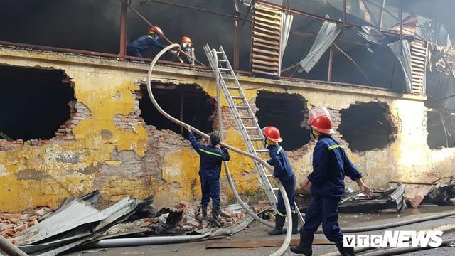 Lính cứu hoả vào từng ngóc ngách dập đám cháy ở Công ty Rạng Đông, dân xung quanh vẫn sơ tán - Ảnh 8.