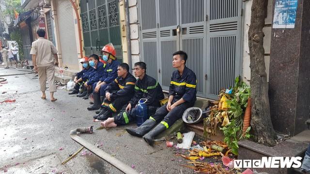 Lính cứu hoả vào từng ngóc ngách dập đám cháy ở Công ty Rạng Đông, dân xung quanh vẫn sơ tán - Ảnh 9.