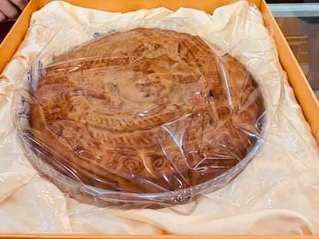 Bánh trung thu siêu to khổng lồ, nặng 4kg, cả nhà ăn không hết - Ảnh 2.