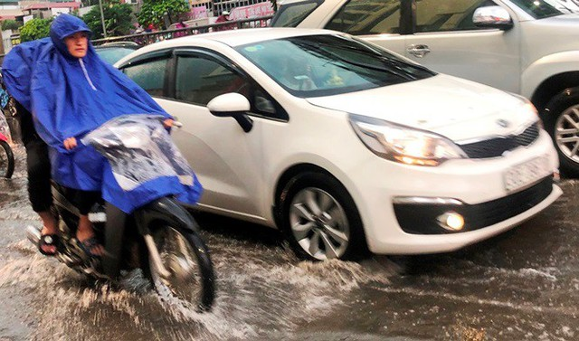 Đường Hà Nội ngập nước, ùn tắc trong chiều 30/8 - Ảnh 2.