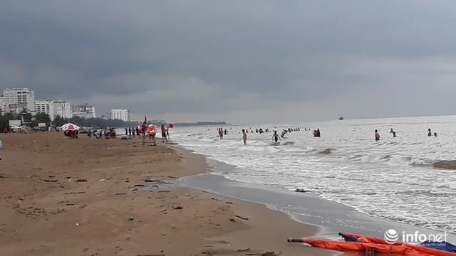 """TP. Sầm Sơn: Bão áp sát bờ, nhiều du khách vẫn """"vô tư"""" tắm biển - Ảnh 4."""