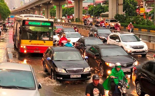 Đường Hà Nội ngập nước, ùn tắc trong chiều 30/8 - Ảnh 4.