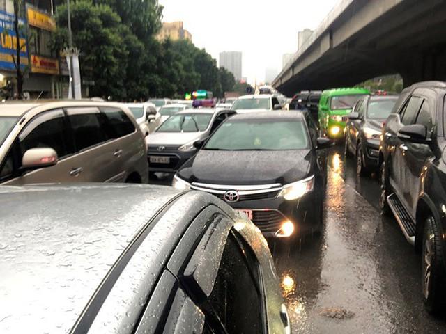 Đường Hà Nội ngập nước, ùn tắc trong chiều 30/8 - Ảnh 5.
