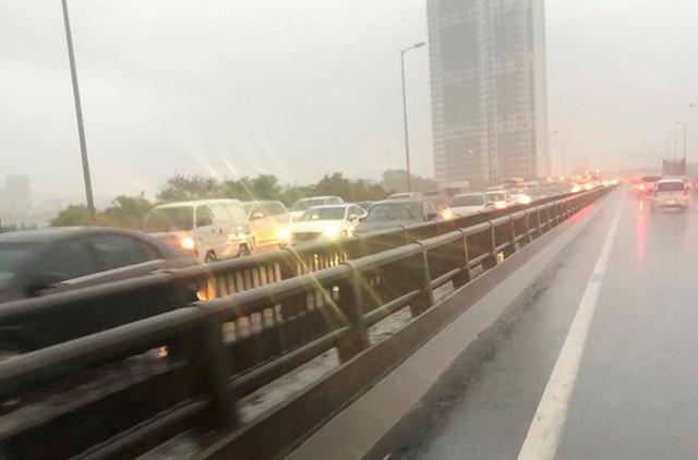 Đường Hà Nội ngập nước, ùn tắc trong chiều 30/8 - Ảnh 6.