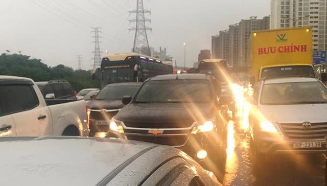 Đường Hà Nội ngập nước, ùn tắc trong chiều 30/8 - Ảnh 7.