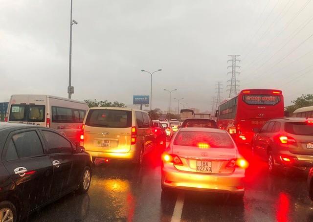 Đường Hà Nội ngập nước, ùn tắc trong chiều 30/8 - Ảnh 8.
