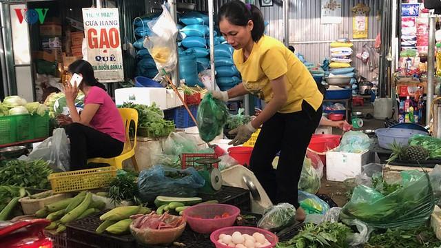 Giá rau xanh bắt đầu tăng mạnh sau mưa bão - Ảnh 1.