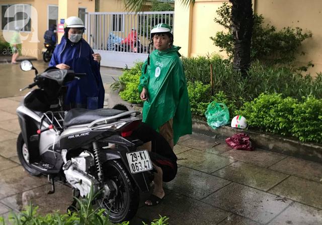 Hà Nội: Ngập úng xảy ra khắp nơi, người dân bì bõm lội nước, dịch vụ sửa xe lưu động kiếm tiền triệu sau bão số 3 - Ảnh 12.