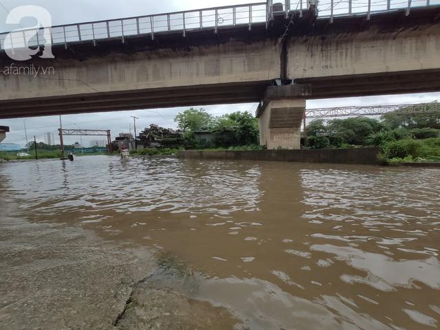 Hà Nội: Ngập úng xảy ra khắp nơi, người dân bì bõm lội nước, dịch vụ sửa xe lưu động kiếm tiền triệu sau bão số 3 - Ảnh 14.