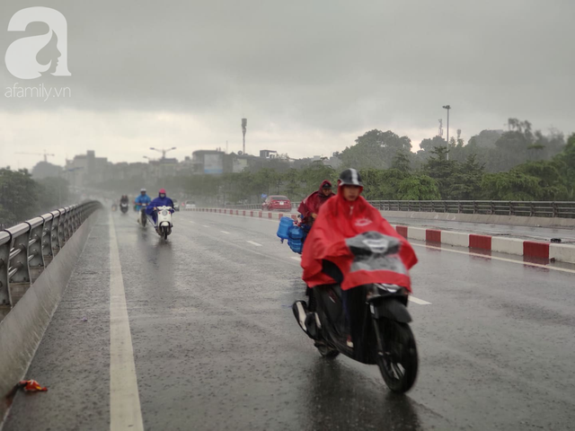 Hà Nội: Ngập úng xảy ra khắp nơi, người dân bì bõm lội nước, dịch vụ sửa xe lưu động kiếm tiền triệu sau bão số 3 - Ảnh 3.