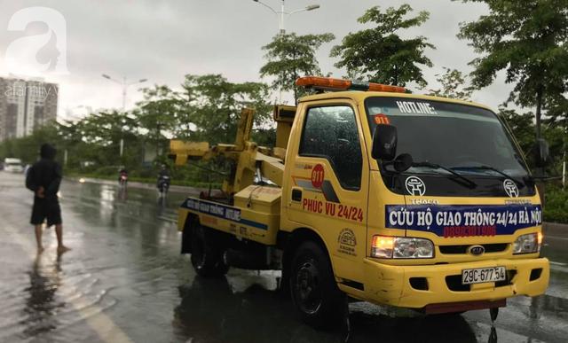 Hà Nội: Ngập úng xảy ra khắp nơi, người dân bì bõm lội nước, dịch vụ sửa xe lưu động kiếm tiền triệu sau bão số 3 - Ảnh 6.