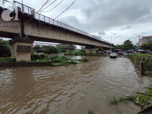 Hà Nội: Ngập úng xảy ra khắp nơi, người dân bì bõm lội nước, dịch vụ sửa xe lưu động kiếm tiền triệu sau bão số 3 - Ảnh 9.