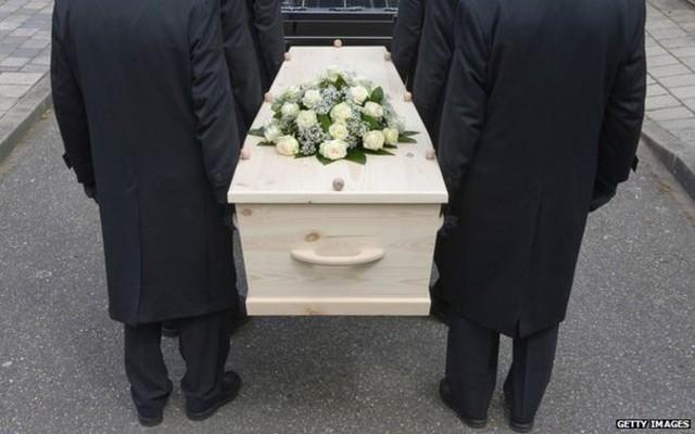 Tôi đã tham dự đám tang của chính mình: Trào lưu kỳ quặc tại Anh, nhưng ý nghĩa đằng sau mới khiến ai cũng rơi lệ! - Ảnh 3.