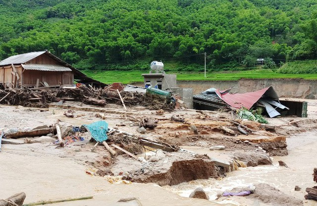 Cận cảnh bản làng tan hoang nơi 17 người bị lũ dữ cuốn trôi, 12 người mất tích  - Ảnh 2.