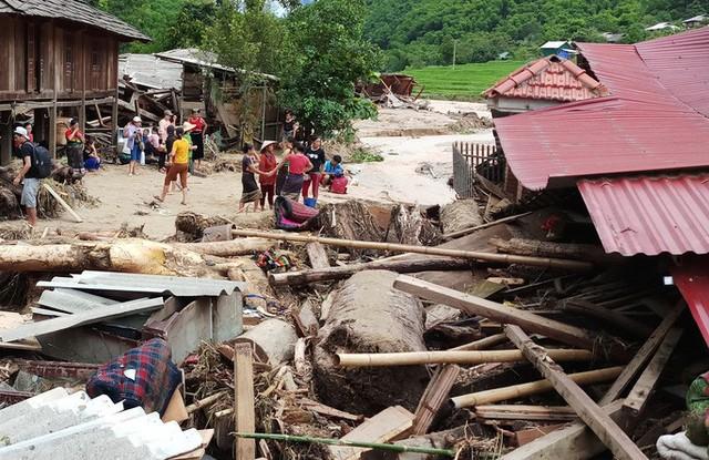 Cận cảnh bản làng tan hoang nơi 17 người bị lũ dữ cuốn trôi, 12 người mất tích  - Ảnh 3.