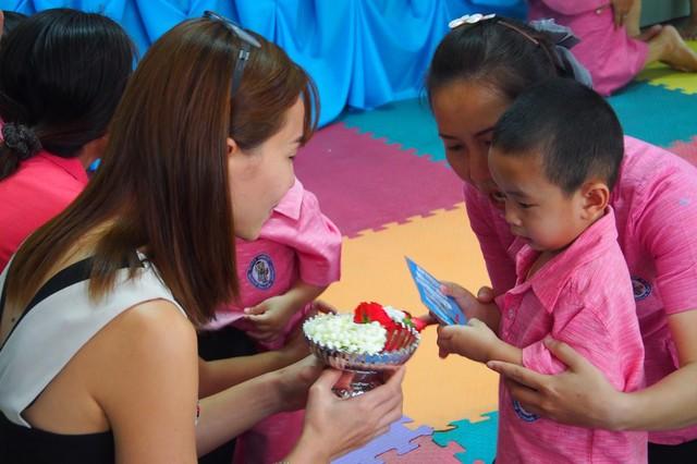 Khi Hoa hậu đội vương miện quỳ lạy cha mẹ: Lòng hiếu thảo của một người con và nét đẹp văn hóa tại đất nước Thái Lan - Ảnh 6.