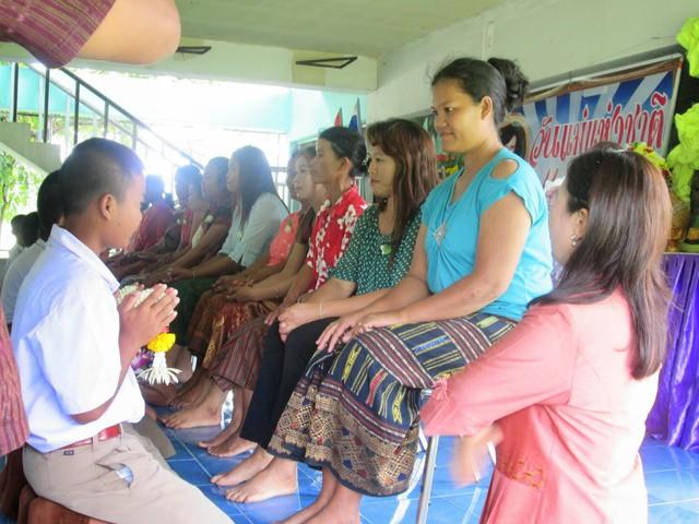 Khi Hoa hậu đội vương miện quỳ lạy cha mẹ: Lòng hiếu thảo của một người con và nét đẹp văn hóa tại đất nước Thái Lan - Ảnh 7.