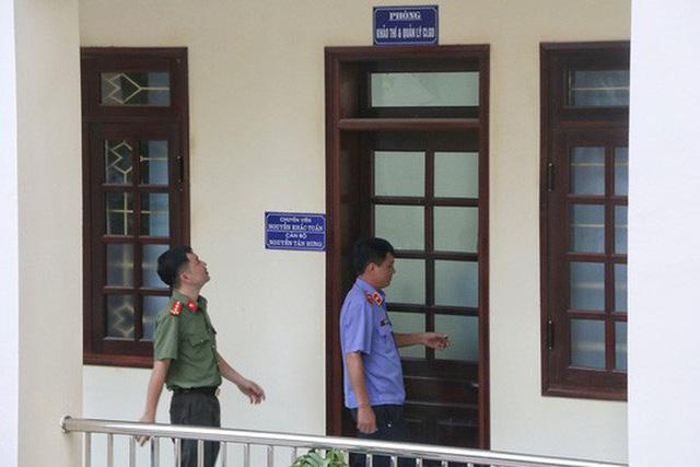 Vì sao Bộ GD-ĐT phải huỷ quyết định xem xét kỷ luật 13 cán bộ công chức? - Ảnh 1.