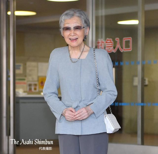 Vừa xuất viện sau khi phẫu thuật, cựu Hoàng hậu Michiko đã có hành động khiến nhiều người kinh ngạc và nể phục về sự chuẩn mực của Hoàng gia Nhật - Ảnh 1.