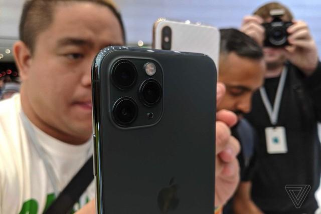 Cận cảnh iPhone 11 Pro và 11 Pro Max: Mặt lưng kính mờ, cụm camera hài hước, không thực sự có nhiều cải tiến - Ảnh 3.