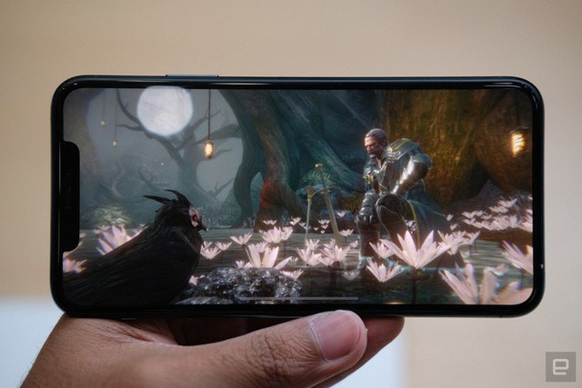 Cận cảnh iPhone 11 Pro và 11 Pro Max: Mặt lưng kính mờ, cụm camera hài hước, không thực sự có nhiều cải tiến - Ảnh 7.