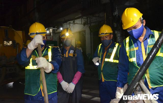 Ảnh: 30 công nhân hút bùn xuyên đêm cạnh nhà máy Rạng Đông - Ảnh 2.