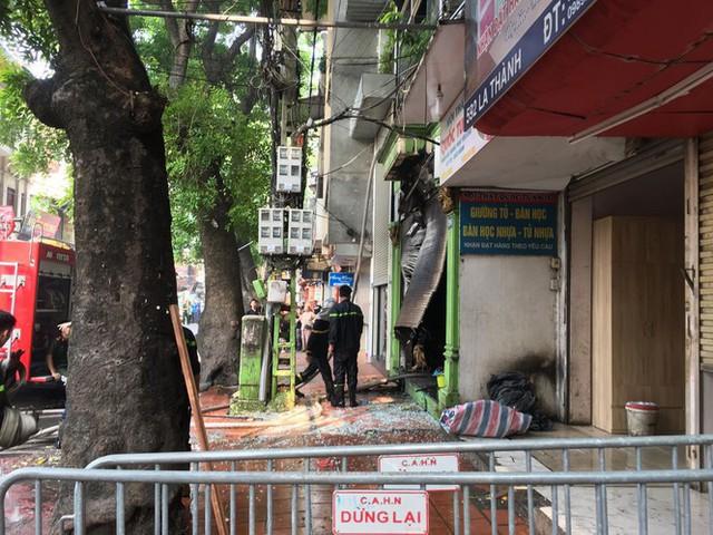 Cháy lớn cửa hàng trên đường La Thành, nhiều người nhảy xuống thoát thân  - Ảnh 1.