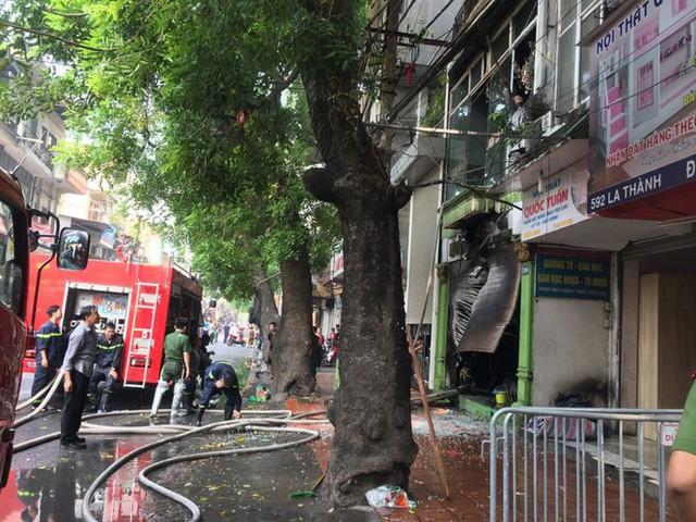 Cháy lớn cửa hàng trên đường La Thành, nhiều người nhảy xuống thoát thân  - Ảnh 2.