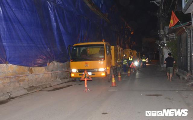 Ảnh: 30 công nhân hút bùn xuyên đêm cạnh nhà máy Rạng Đông - Ảnh 3.
