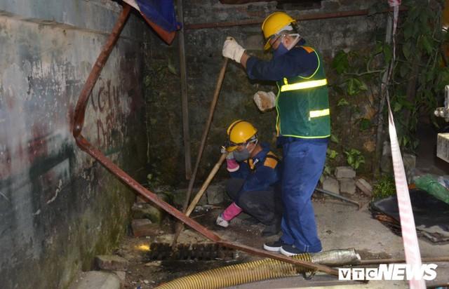 Ảnh: 30 công nhân hút bùn xuyên đêm cạnh nhà máy Rạng Đông - Ảnh 5.