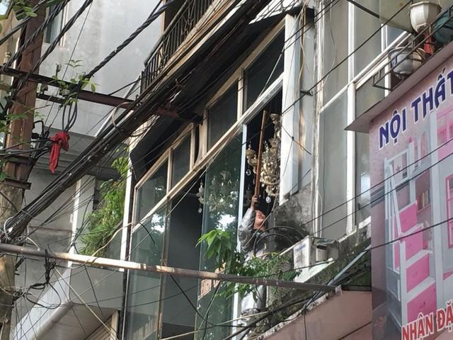 Cháy lớn cửa hàng trên đường La Thành, nhiều người nhảy xuống thoát thân  - Ảnh 6.
