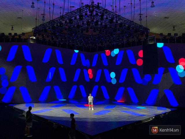 Lộ ảnh sân khấu ra mắt MXH Lotus trước giờ G: Màn hình khủng mãn nhãn, công nghệ hiệu ứng 3D hoành tráng - Ảnh 5.