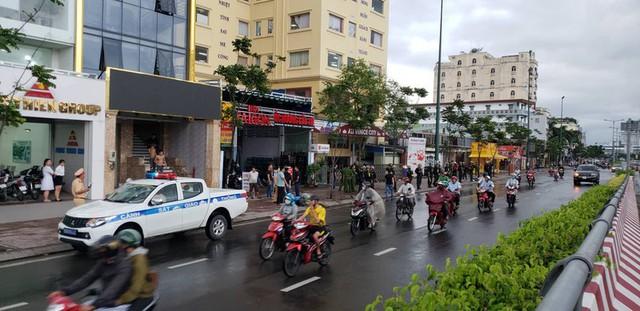 Rất đông cảnh sát vây trụ sở địa ốc Alibaba - Ảnh 2.