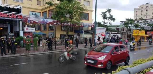 Rất đông cảnh sát vây trụ sở địa ốc Alibaba - Ảnh 3.