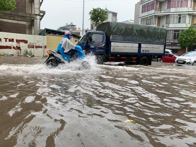 Hà Nội mưa lớn ngập sâu, người dân bơi đi làm giữa dòng xe tắc nghẽn - Ảnh 1.