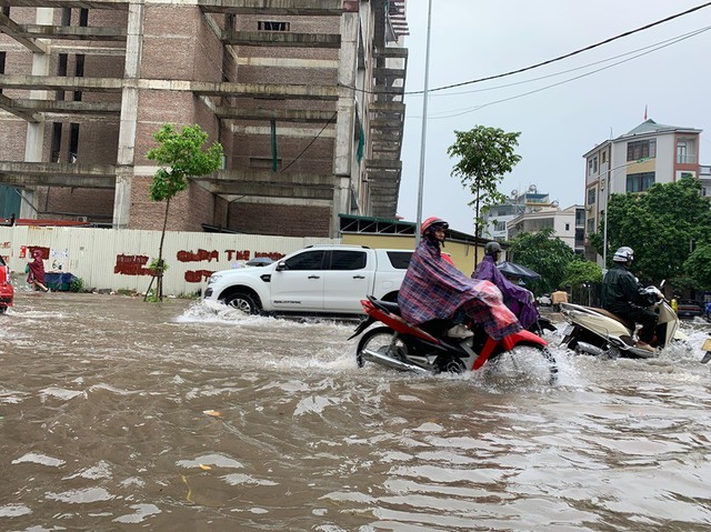 Hà Nội mưa lớn ngập sâu, người dân bơi đi làm giữa dòng xe tắc nghẽn - Ảnh 2.
