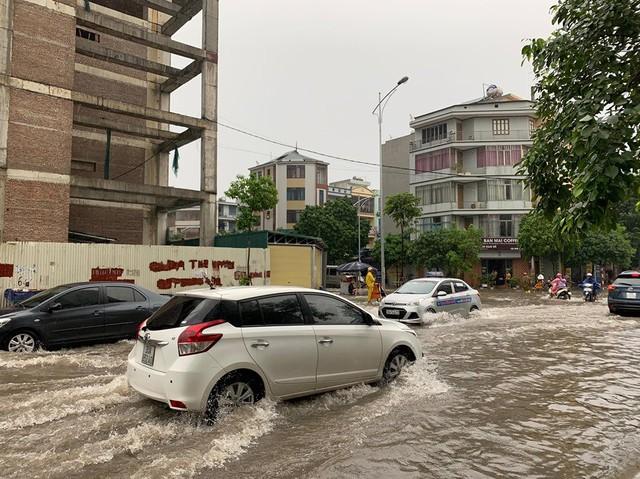 Hà Nội mưa lớn ngập sâu, người dân bơi đi làm giữa dòng xe tắc nghẽn - Ảnh 3.