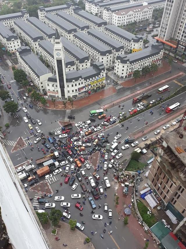 Hà Nội mưa lớn ngập sâu, người dân bơi đi làm giữa dòng xe tắc nghẽn - Ảnh 4.