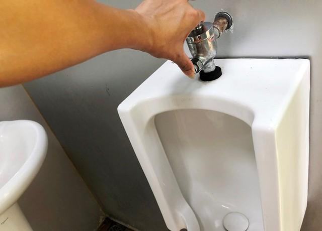 Cận cảnh nhà vệ sinh công cộng đổi quảng cáo vừa sử dụng đã hỏng - Ảnh 5.