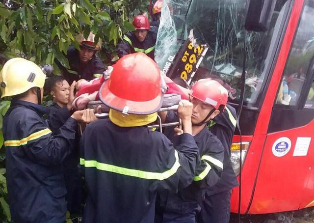 Xe khách tông xe máy, lao vào gốc cây khiến 39 hành khách mắc kẹt, la hét cầu cứu - Ảnh 1.