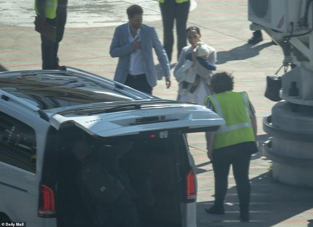 Meghan Markle bế con trai xuất hiện tại sân bay, bắt đầu chuyến công du, ghi điểm tuyệt đối nhờ hành động tinh tế  - Ảnh 2.
