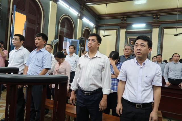 Nguyên tổng giám đốc VN Pharma Nguyễn Minh Hùng tiều tụy trước phiên xử - Ảnh 1.