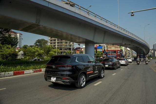 Hơn chục chiếc VinFast Lux lần đầu nối đuôi nhau trên phố khiến người dân Hà Nội tò mò - Ảnh 12.