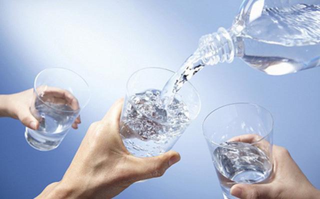 Tiến sĩ Nam khoa cảnh báo: 3 thói quen uống nước phá hỏng thận, rất nhiều người mắc - Ảnh 2.