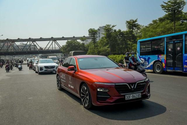 Hơn chục chiếc VinFast Lux lần đầu nối đuôi nhau trên phố khiến người dân Hà Nội tò mò - Ảnh 3.
