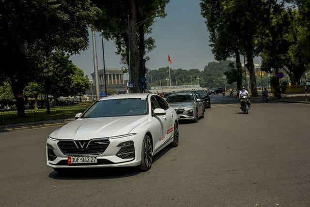 Hơn chục chiếc VinFast Lux lần đầu nối đuôi nhau trên phố khiến người dân Hà Nội tò mò - Ảnh 5.