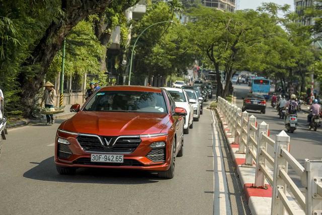 Hơn chục chiếc VinFast Lux lần đầu nối đuôi nhau trên phố khiến người dân Hà Nội tò mò - Ảnh 9.